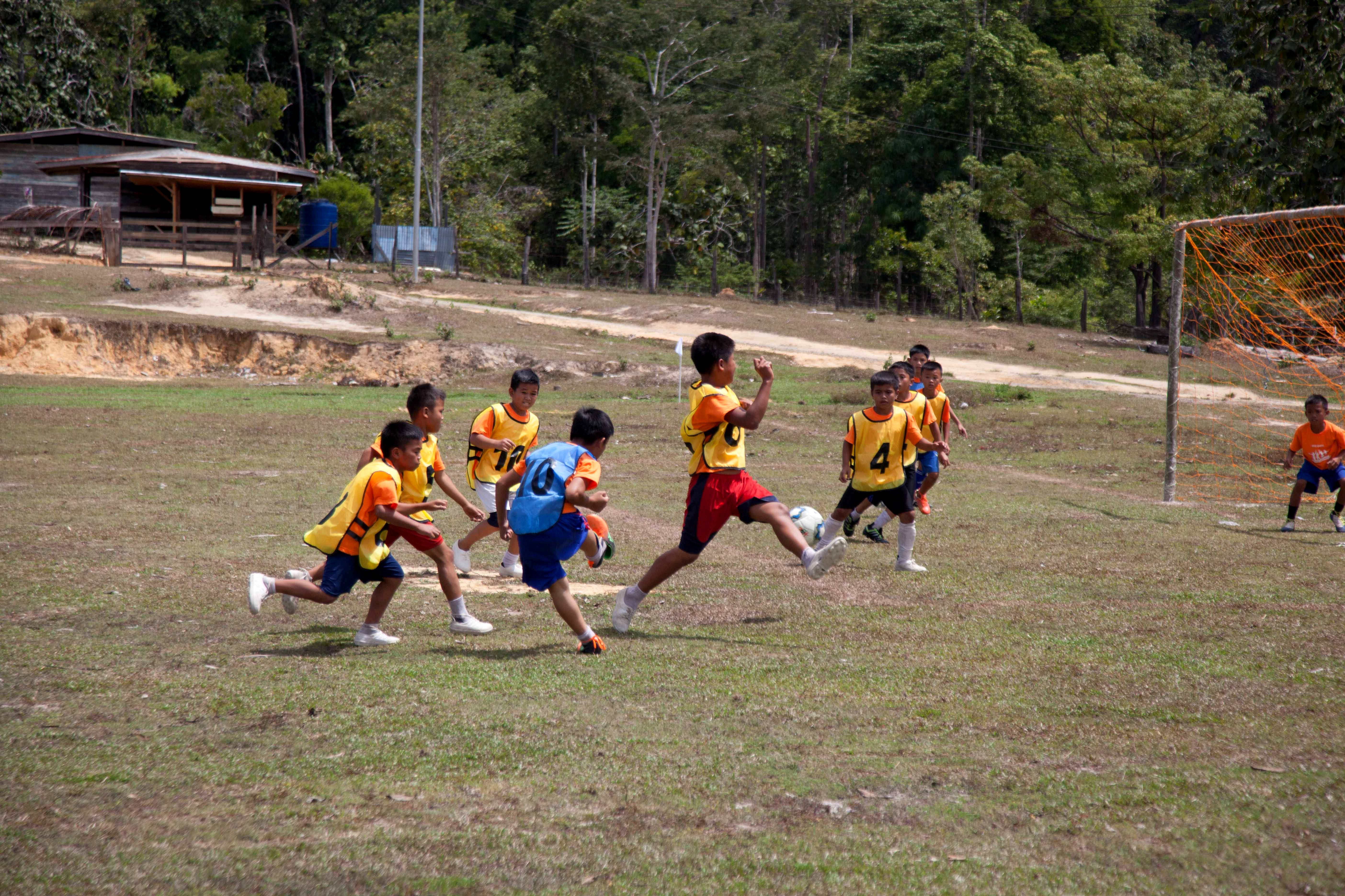 The U-12 Football League was full of thrills and spills. 12岁以下儿童足球比赛洋溢着汗水、热情与欢笑。